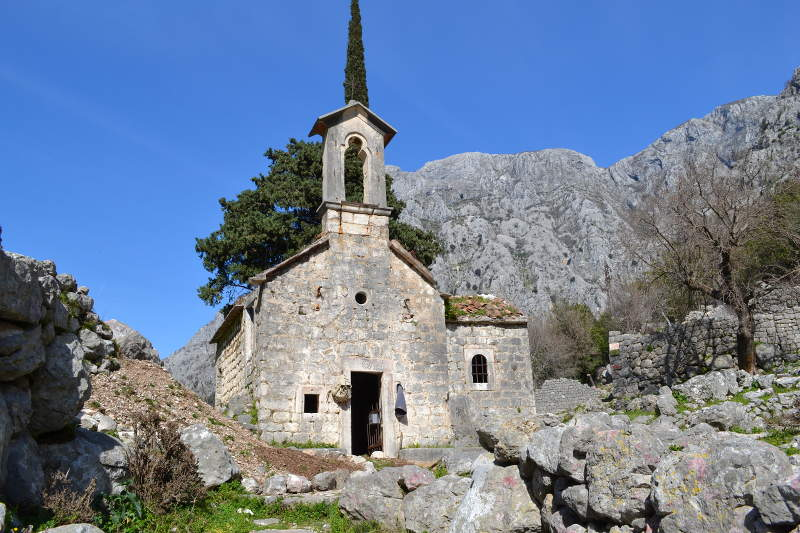 Ancient church behind Kotor fortress wall - Meanderbug