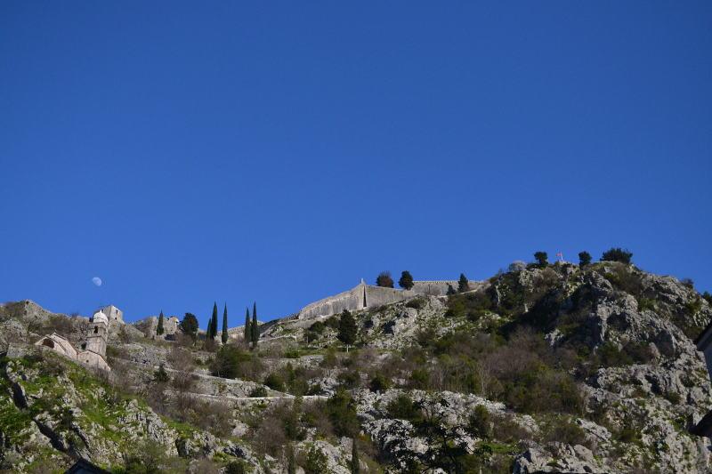 Looking up at the Kotor fortress at dusk - Meanderbug