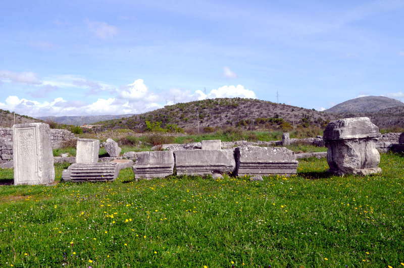 roman columns, duklja, montenegro - meanderbug