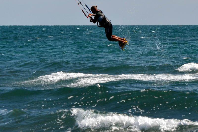 Vladimir catching air kitesurfing - meanderbug