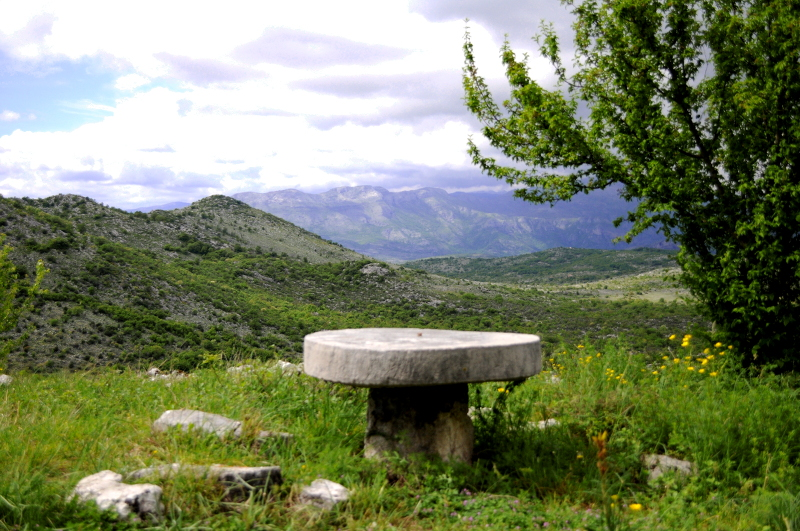 medun-table-meanderbug -montenegro