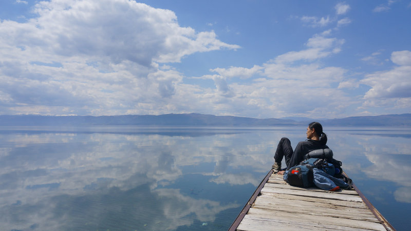 Couchsurfer and photographer at Lake Ohrid - meanderbug