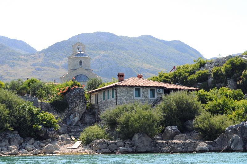 monastery-montenegro-meanderbug