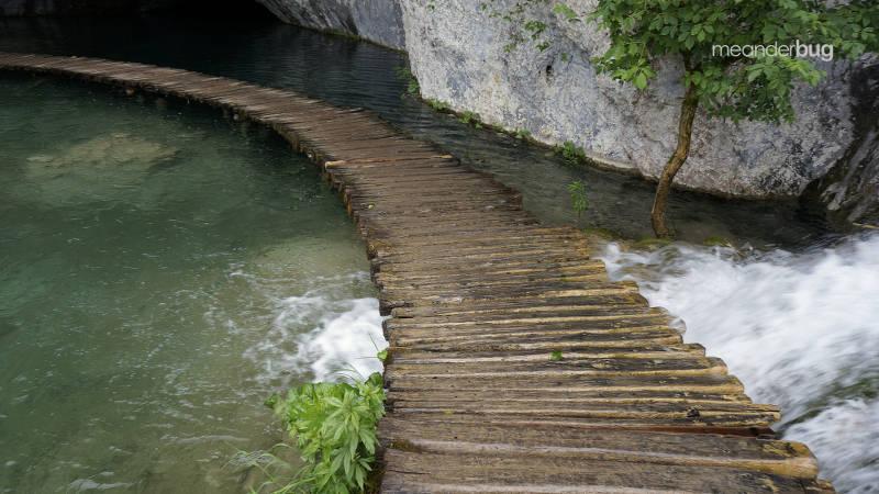 Plitvice walkway over water - meanderbug
