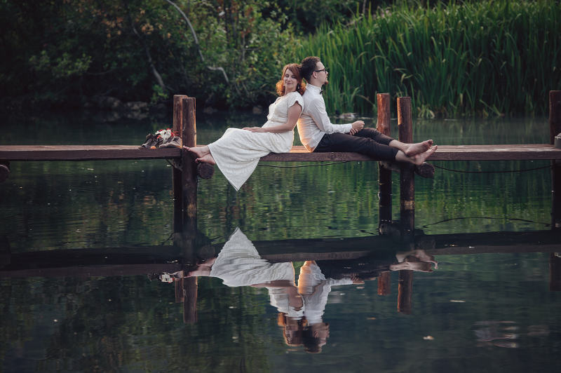 Laid back chill bride and groom - photo by Alexander Jaredic