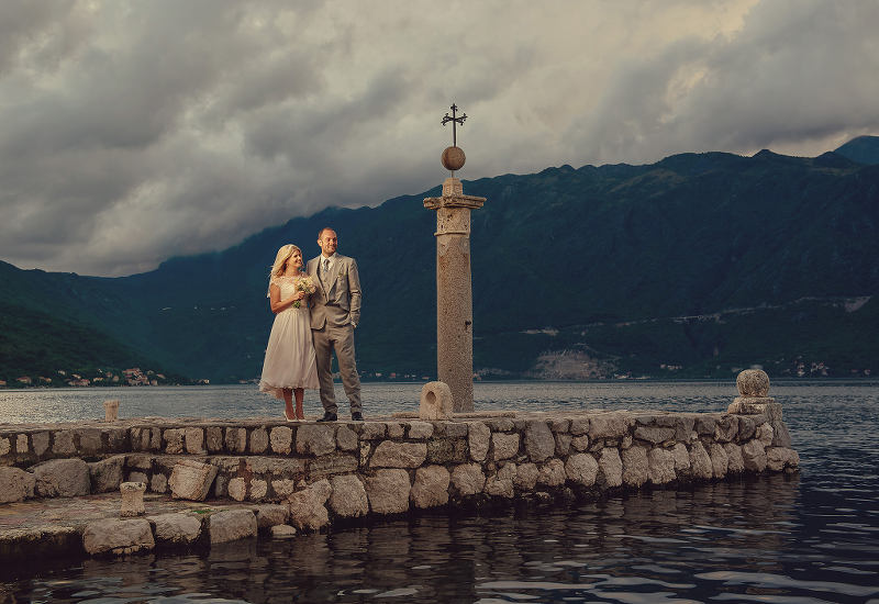 Destination weddings with mountains and the sea - photo by Alexander Jaredic