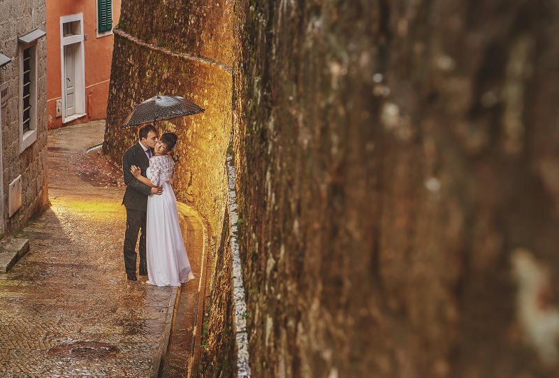 Rainy, romantic wedding day - photo by Alexander Jaredic